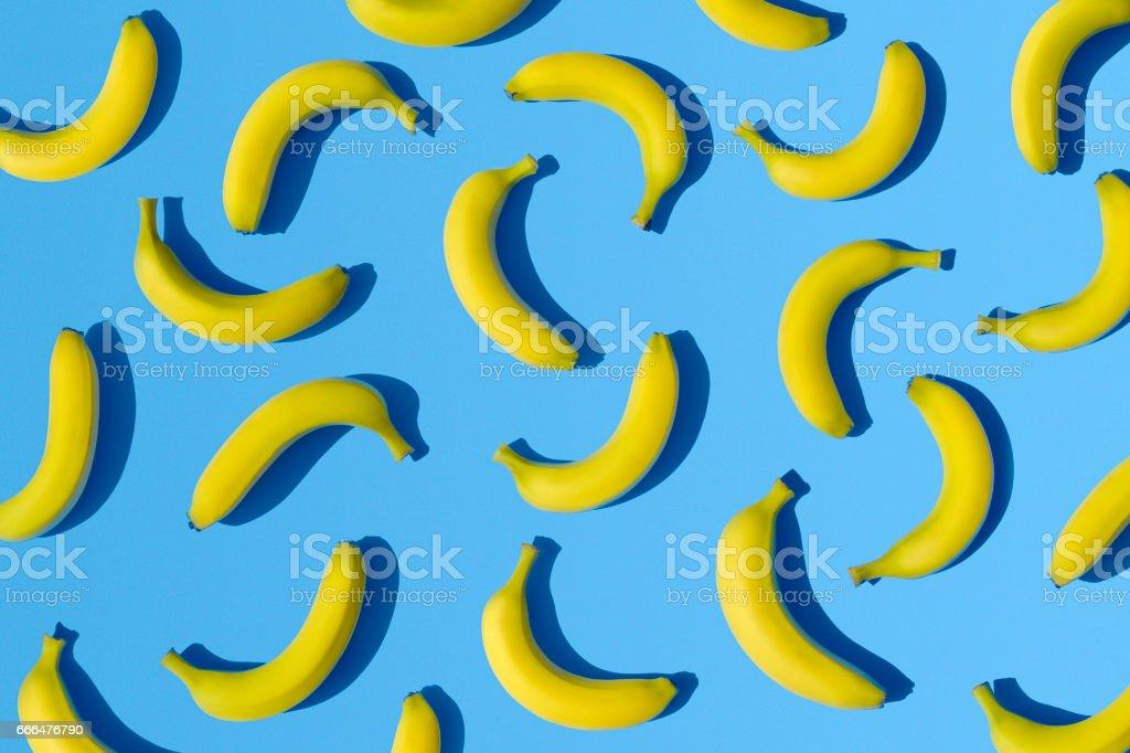 Bananas en fondo azul - foto de stock