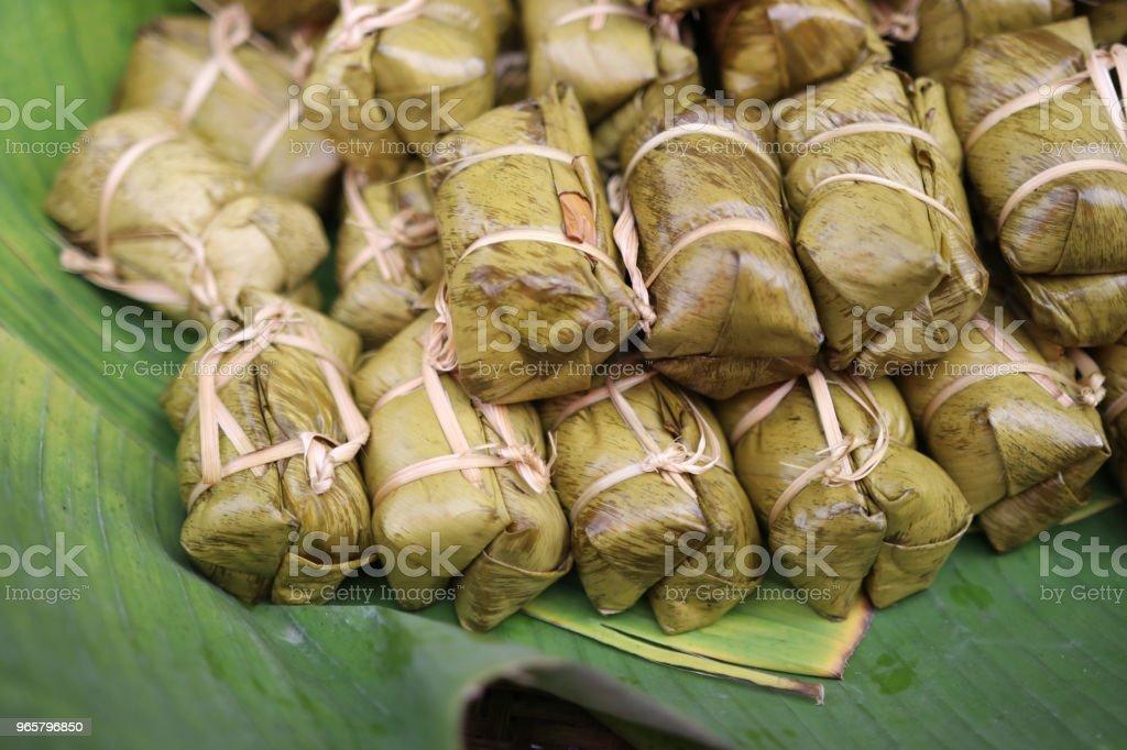 Bananen met kleefrijst voor traditionele op bananenbladeren in de mand Aziatische hapje - Royalty-free Achtergrond - Thema Stockfoto
