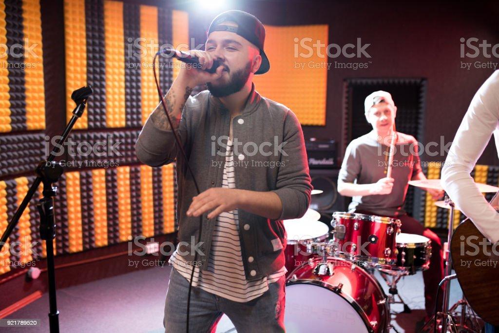 Band-Frontmann Gesang im Proberaum – Foto