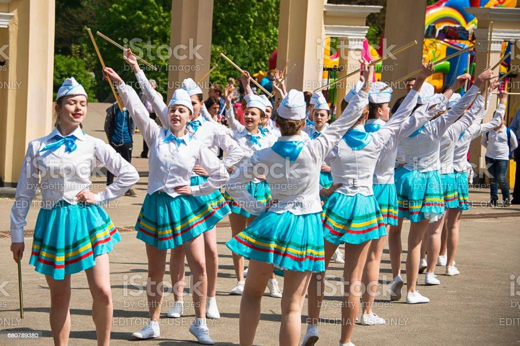 Band majorettes perform various dancing skills on city park - foto de stock