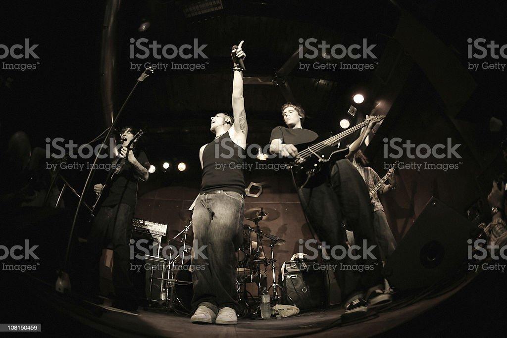 Band spielt auf der Bühne, Fischaugen-Objektiv – Foto