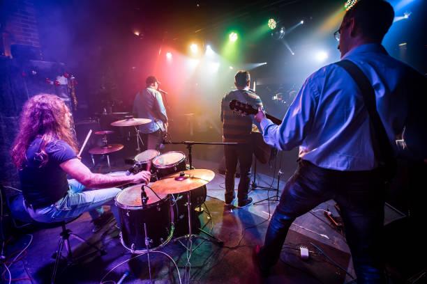 Band spielt auf der Bühne in einem Nachtclub – Foto