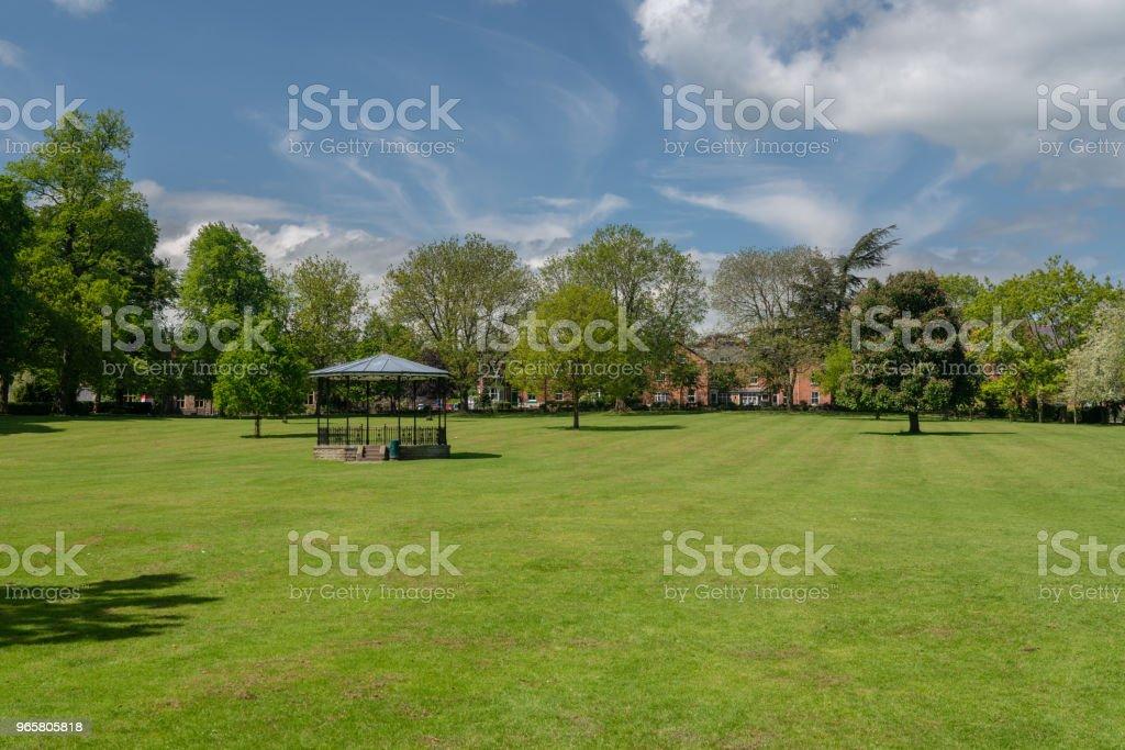 Стенд группы в мемориальных садах или городском парке в Осветри Шропшир - Стоковые фото Англия роялти-фри