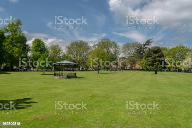 Стенд Группы В Мемориальных Садах Или Городском Парке В Осветри Шропшир — стоковые фотографии и другие картинки Англия