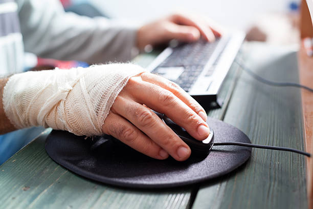 bandaged hand on mouse – Foto
