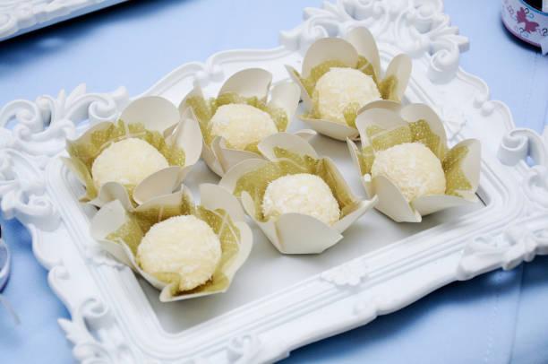 Bandeja de doces de festa bejinho stock photo