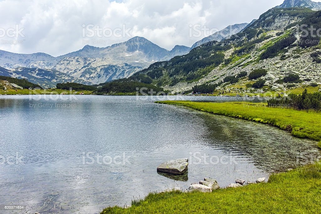 Banderishki chukar peak and  Muratovo lake, Pirin Mountain foto de stock royalty-free