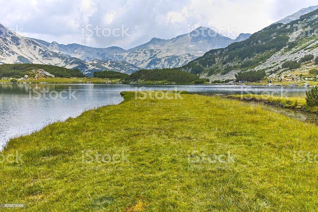 Banderishki chukar peak and  Muratovo lake, Pirin Mountain foto de stock royalty-free
