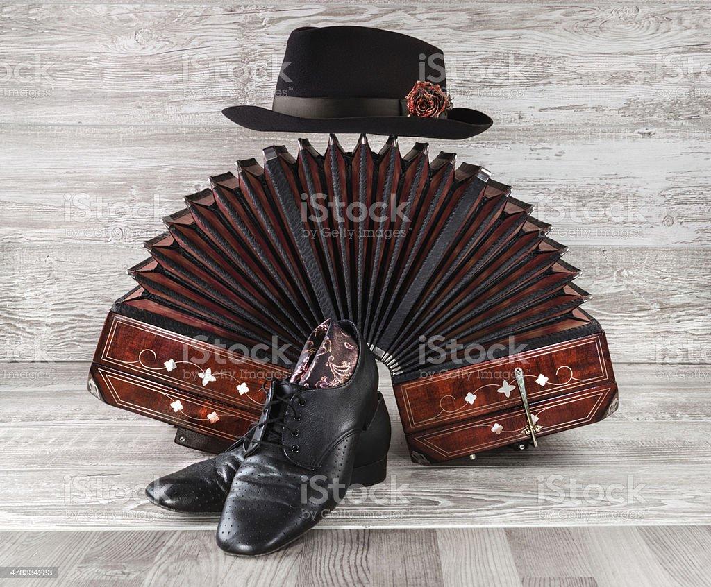 Bandoneon, baile de tango zapatos y macho perfil en'U