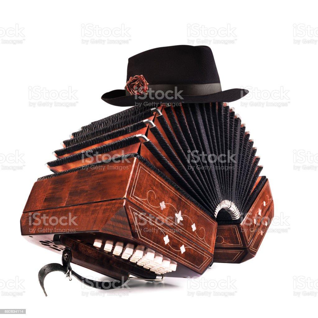 Bandoneón, instrumento de tango con un sombrero masculino en la parte superior en blanco - foto de stock