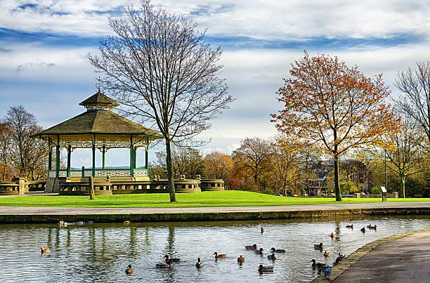 Musikpavillon und duck pond in Greenhead park, Huddersfield, Yorkshire, England – Foto