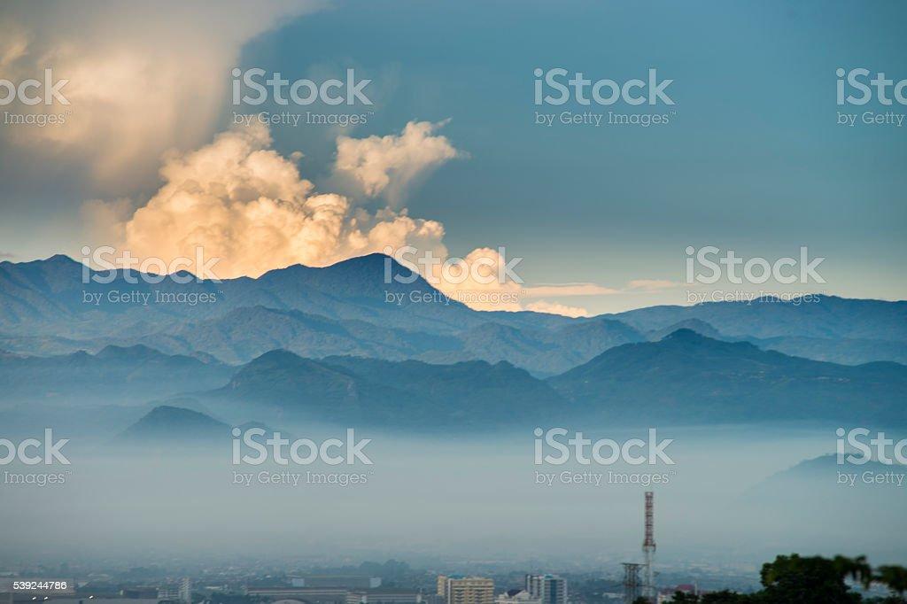 Bandung, la ciudad, en la neblina foto de stock libre de derechos