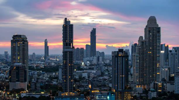 曼谷城市-鳥美麗的日落曼谷市中心泰國天際線, 城市景觀在夜間, 風景曼谷泰國圖像檔
