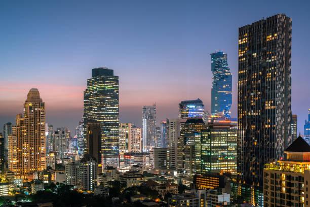 曼谷城市-鳥美麗的日落曼谷城市塔泰國的天際線, 城市景觀在夜間, 風景曼谷泰國圖像檔