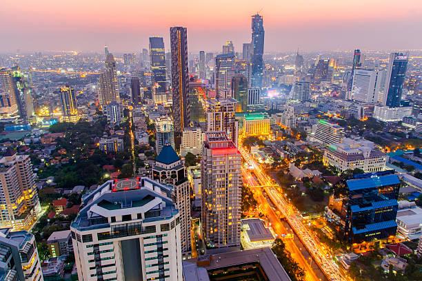 bangkok city at colorful nightlife - karavanserai stockfoto's en -beelden