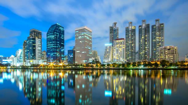 曼谷城市-城市景觀市中心商業區在夜間, 反映景觀曼谷泰國圖像檔