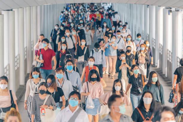 bangkok city, thailand : 03/12/2020 : unbekannte, menge von thai tragen gesichtsmaske für die gesundheit aufgrund von coronavirus-krankheit oder covid-19 und luftverschmutzung im öffentlichen nahverkehr. hauptverkehrszeit. - pandemie stock-fotos und bilder