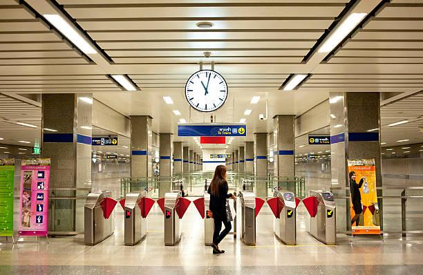 bangkok u-bahn-station - gutschein bahn stock-fotos und bilder