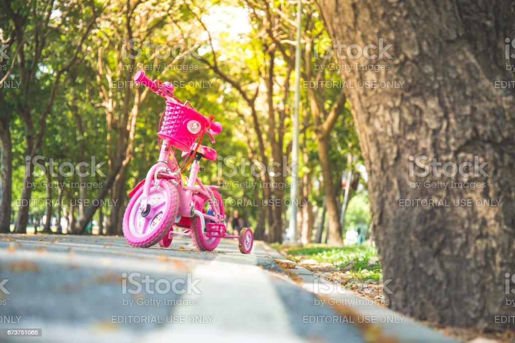 Bangkok, Thaïlande - 20 avril 2017:, Vachirabenjatas Park 2017: vélo enfant rose stationné dans les parcs populaires, Vachirabenjatas Park photo libre de droits