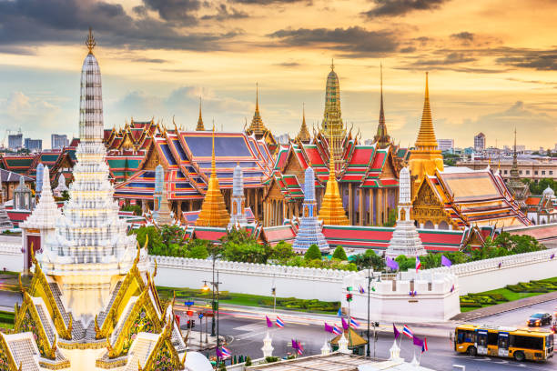 bangkok, thailand at the temple of the emerald buddha and grand palace - thailandese foto e immagini stock