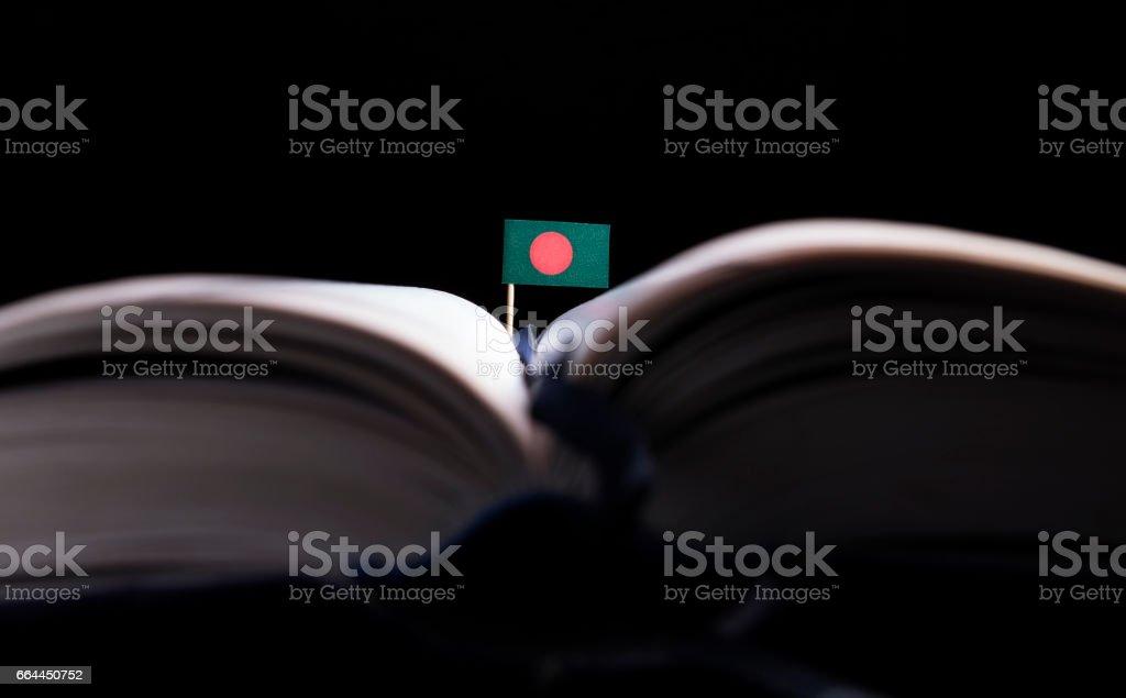 Bandera de Bangladesh en medio del libro. Concepto de conocimiento y la educación. - foto de stock