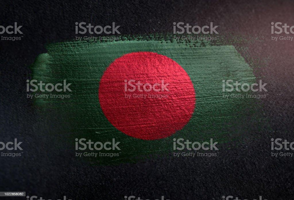 Bangladesch-Flagge Metallbürste Farbspuren an Grunge dunklen Wand gemacht – Foto