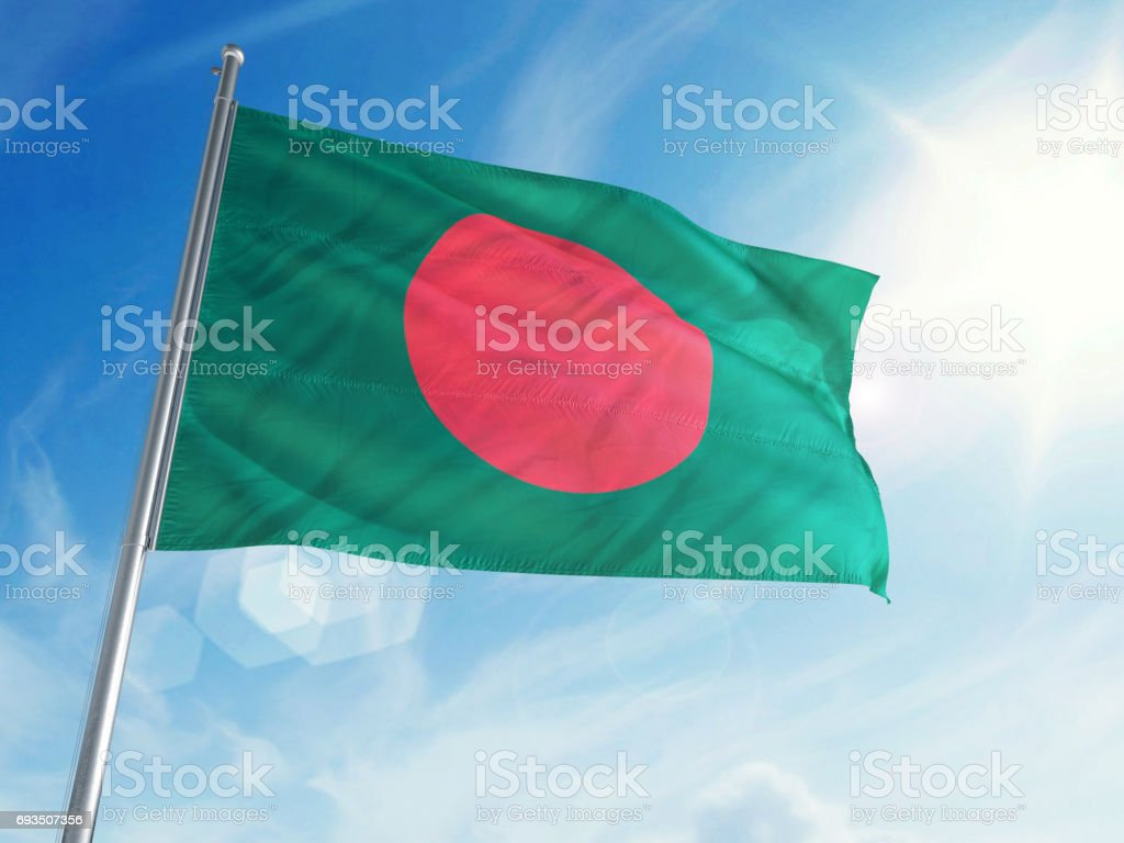 Bandera de Bangladesh sobre un fondo de nubes - foto de stock