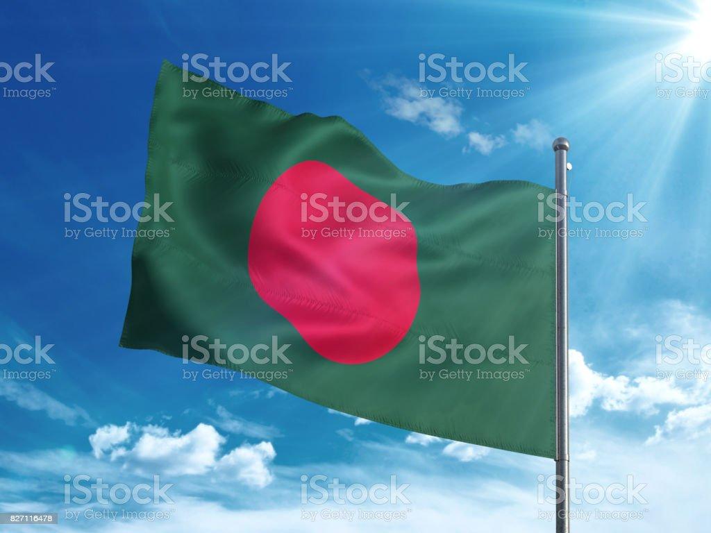 Bandera de Bangladesh ondeando en el cielo azul - foto de stock
