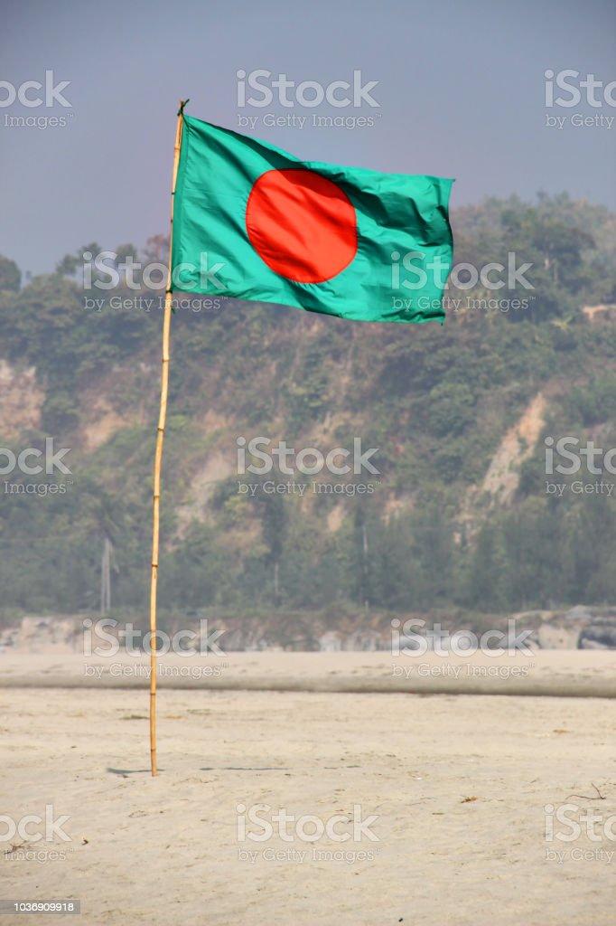 Bangladesch Fahne schwenkte auf einen blauen Himmel mit Hill Hintergrund – Foto