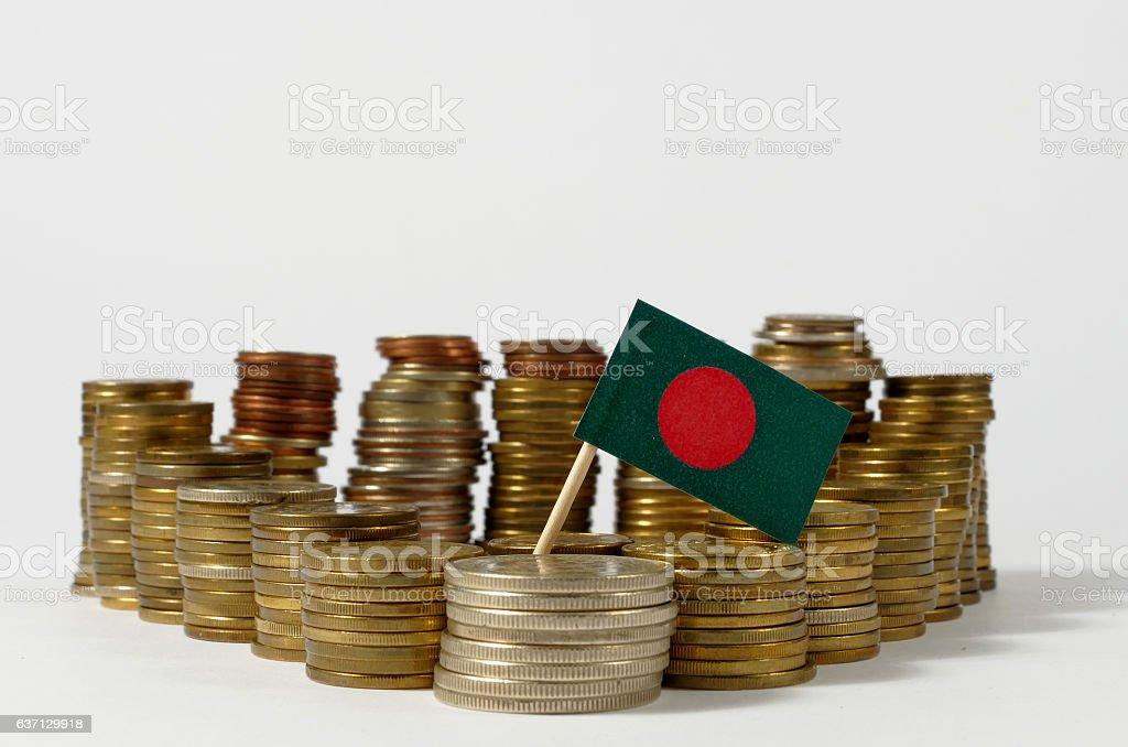 Bangladesh flag waving with stack of money coins - foto de stock