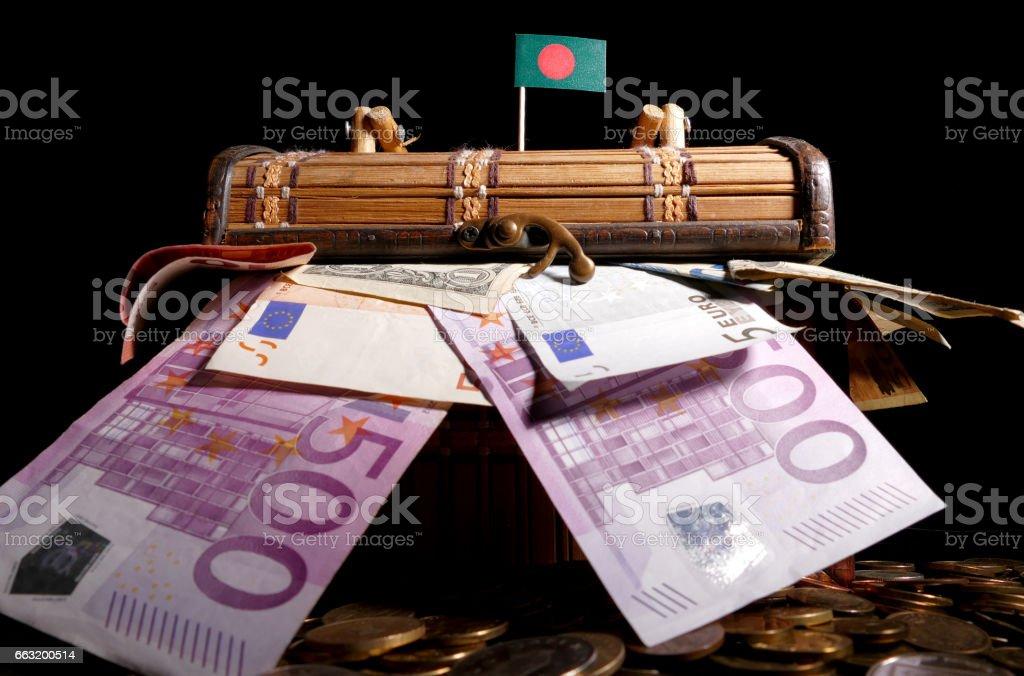 Bandera de Bangladesh sobre la caja llena de dinero - foto de stock