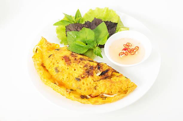 banh xeo, vietname panqueca com calda de peixe e produtos hortícolas - peixe na grelha imagens e fotografias de stock
