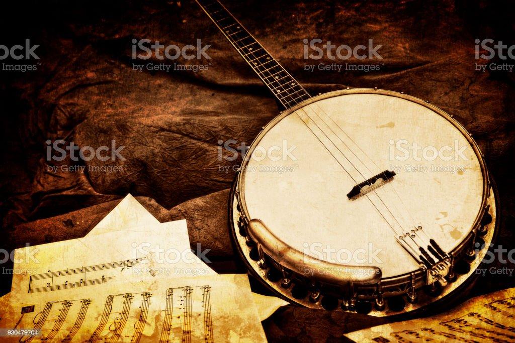 Banjo com folhas de música - fundo de marrom texturizado - foto de acervo