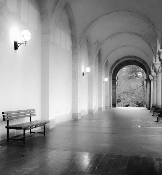 Bank an Friedhofshalle – Foto