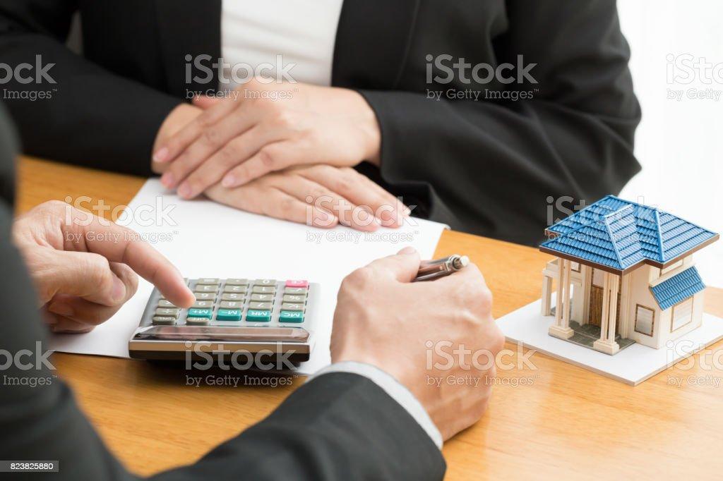 La Banque calcule le taux de prêt immobilier - Photo