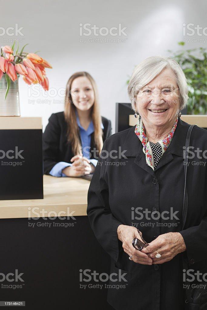 Guichet de banque fenêtre avec Guichetier de banque service client heureux - Photo