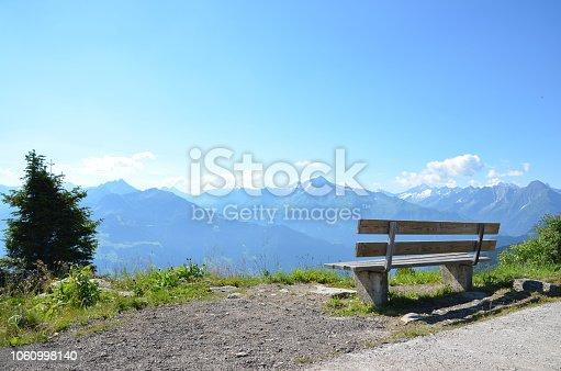 Sitzbank aus Holz an der Zillertaler Höhenstraße mit Blick auf die Zillertaler Alpen in Tirol an einem sonnigen Sommertag