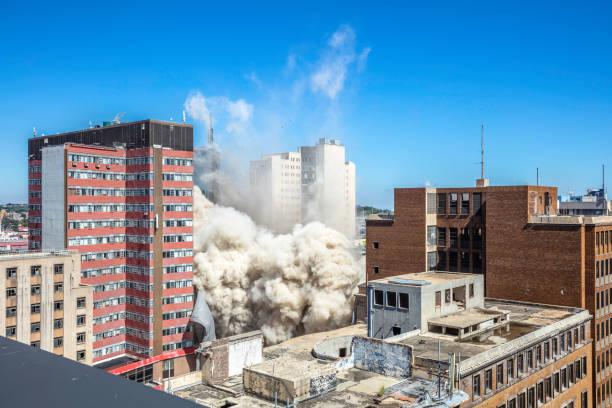 un bâtiment de la banque de lisbonne en cours de démolition à johannesburg - imploser photos et images de collection