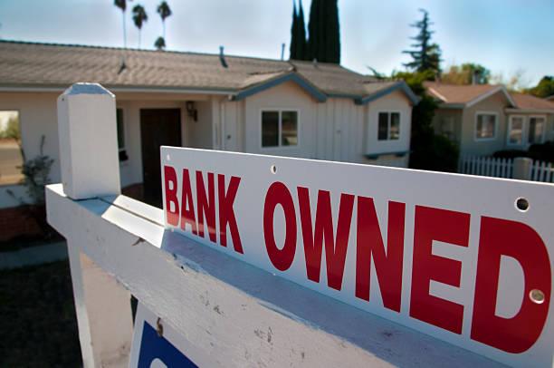 banco propiedad de venta - embargo hipotecario fotografías e imágenes de stock