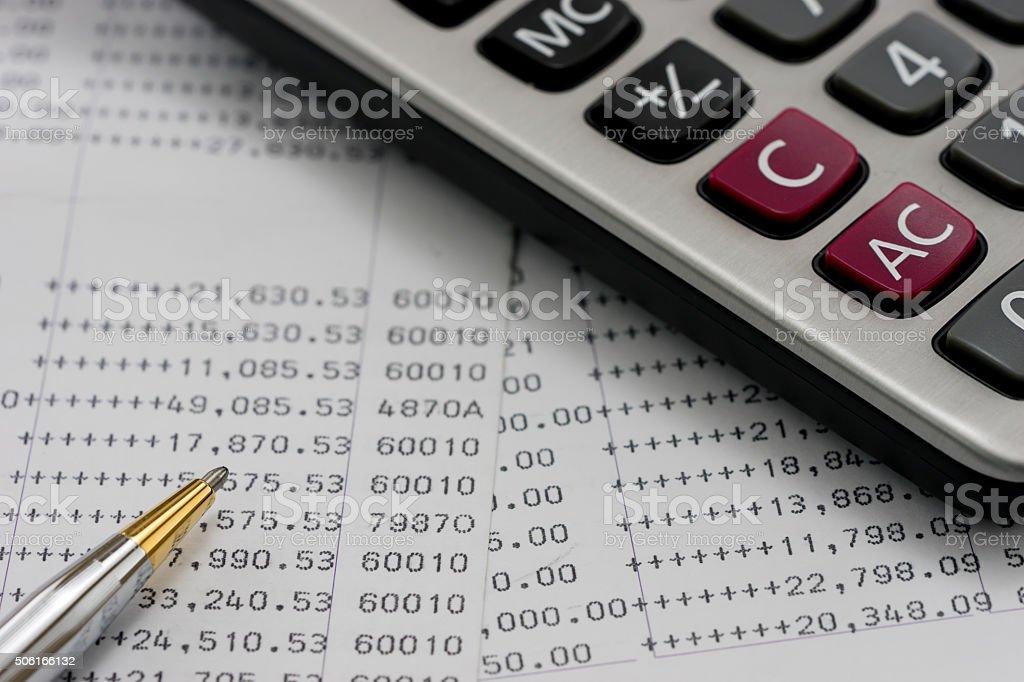 Banco declaraciones con una pluma y calculadora - foto de stock