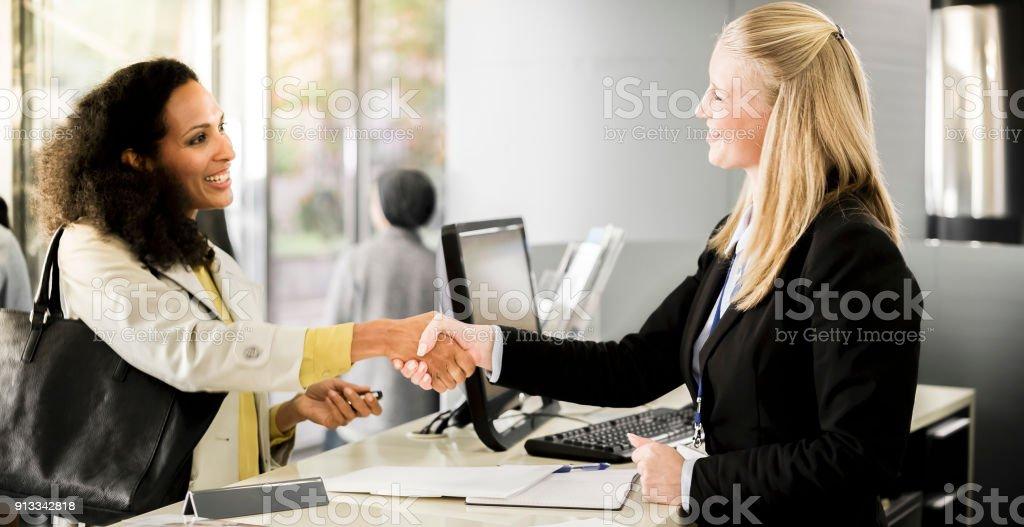 Caissier de banque, serrer la main avec le client - Photo