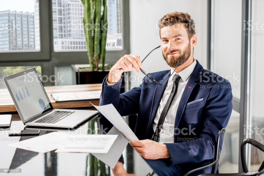 Ofiste çalışan bankacı stok fotoğrafı
