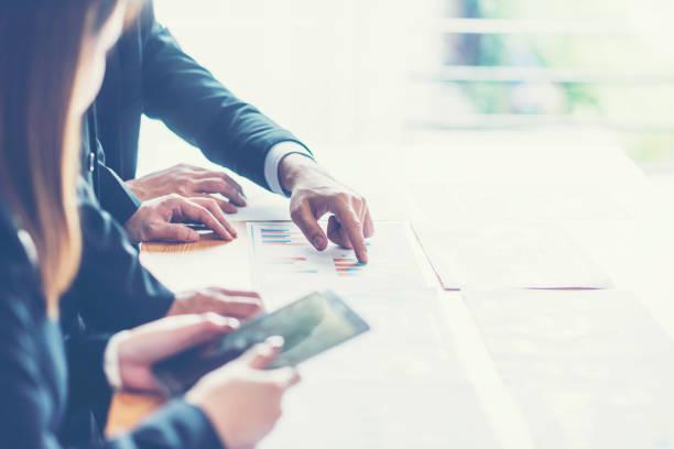 banking business eller finansiella analytiker stationära redovisning diagram, anger i grafik - projektledning bildbanksfoton och bilder