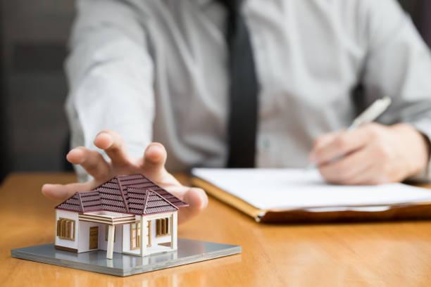 regulador de banca inicio aprovechar del consumidor no pagar mensual y vencido - embargo hipotecario fotografías e imágenes de stock