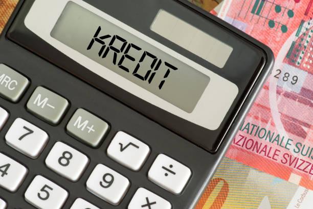 Banknoten Schweizer Franken, Kredit und Taschenrechner – Foto