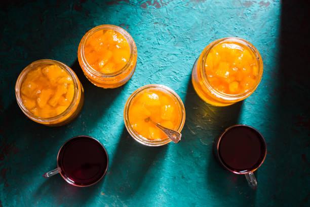 banken mit ananas marmelade und tee auf dem tisch ansicht von oben - ananas marmelade stock-fotos und bilder