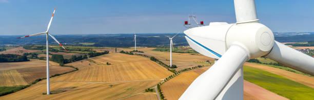 Banner Luftbild und Nahaufnahme einer Windkraftanlage – Foto