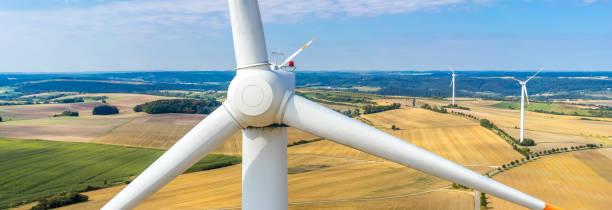 banner-luftbild und nahaufnahme einer windkraftanlage - tim siegert stock-fotos und bilder