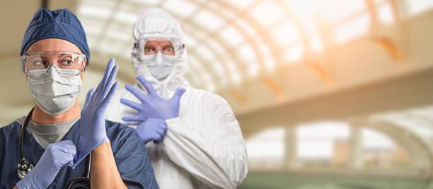 Banner von Ärzten oder Krankenschwestern tragen schützende Gesichtsmaske und chirurgische Handschuhe im Krankenhaus – Foto