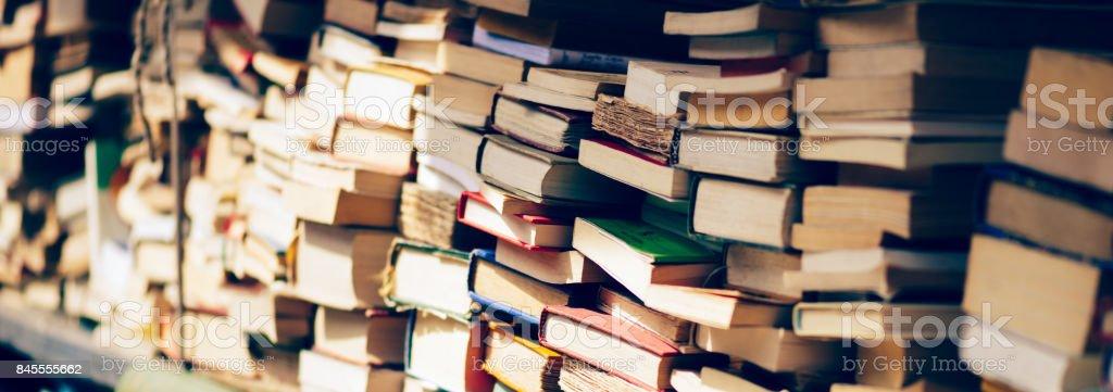 Bannière de la pile de livres à la librairie photo libre de droits